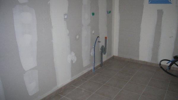 cellier carrelage couleur taupe c 39 est moins salissant. Black Bedroom Furniture Sets. Home Design Ideas