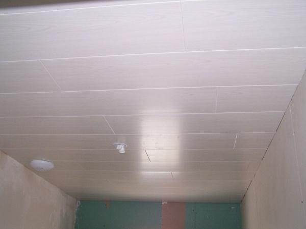Lambris pvc du plafond de la sdb pos blog de josoloula for Poser lambris pvc plafond