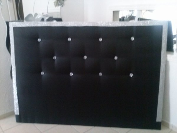 tete de lit noir avec diaman et strass sur les cote tete. Black Bedroom Furniture Sets. Home Design Ideas
