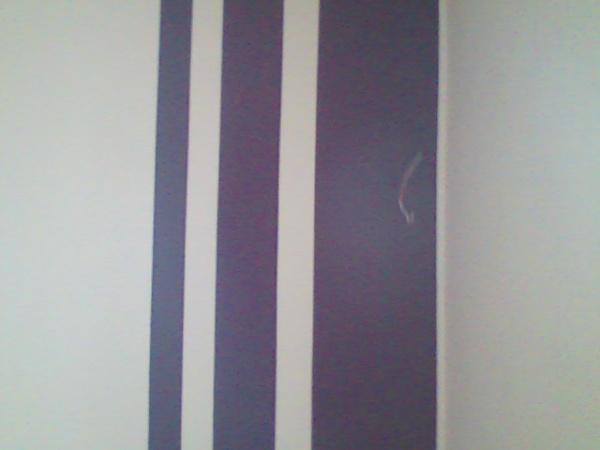 bande violette sur mur blanc blog de alain99274. Black Bedroom Furniture Sets. Home Design Ideas