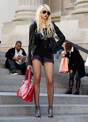 Aper�u, Jenny Humphrey, sur les marches du Met.
