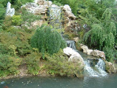 La cascade du bassin ext rieur balade au jardin des reflets for Bassin jardin avec cascade