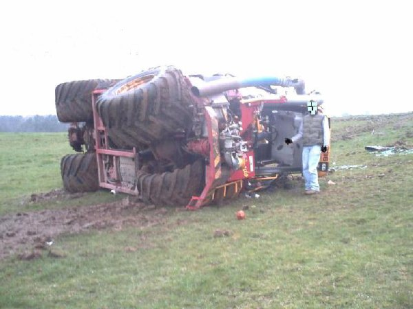 Accident Tracteur Agricole  sur l'axe D 149, entre Doudeville et H�ricourt, un accident de la circulation impliquant un tracteur agricole. Suite � la perte de l'une des roues, le conducteur a perdu le contr�le du v�hicule