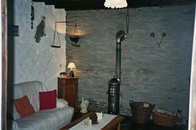 Salon avec po le bois ontvangkamer houtkachel chez l - Salon avec poele a bois ...