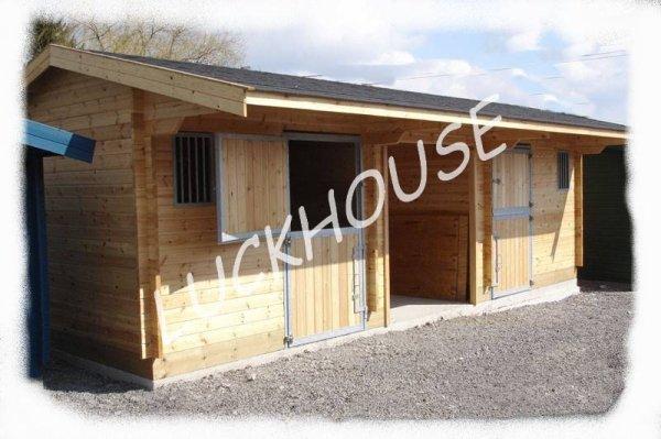 Construction en bois de boxes pour chevaux et abris de - Abri chevaux pas cher ...