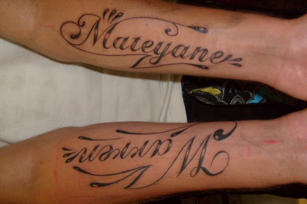 Prenoms style latino sur l 39 avant bras body lounge - Modele tatouage prenom avant bras ...