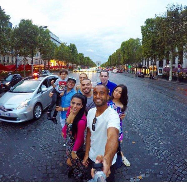 Larissa & Lucas à Paris Avec Des Amis