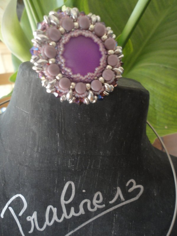 j'ai eu un week end entre perleuses tr�s productif : un collier EKAI(couleur corail), une bague PELLA (il me manque le tour de doigt) et un pendentif O-LUNA -LACE. j'ai utilis� de nouveaux cabochons, et j'ai ador� les utiliser...