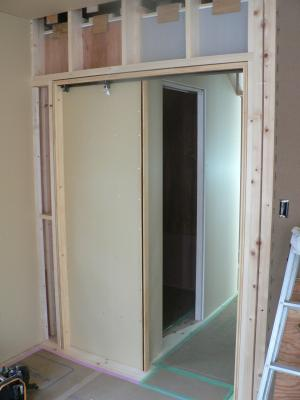 Cloison et porte coulissante en cours couloir wc construction d 39 une maison bioclimatique - Porte coulissante dans cloison ...