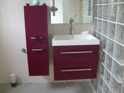 Un ensemble de meuble de salle d 39 eau avec vasque qui ce - Meubles salle d eau ...