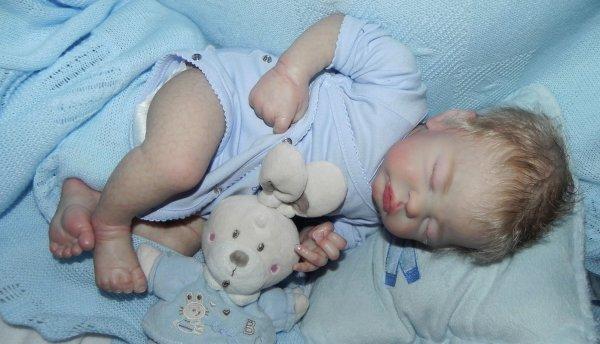Chut Quinlynn dort,il reve a la douceur des bras d'une mamanadopt� merci Gabrielle