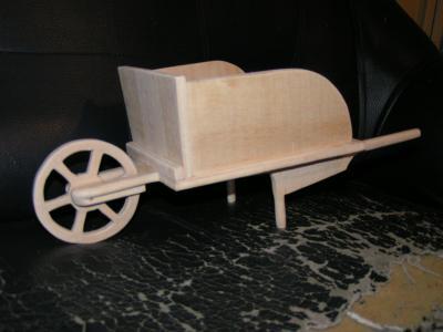 une petite brouette petite fabrication personnelle en bois de. Black Bedroom Furniture Sets. Home Design Ideas
