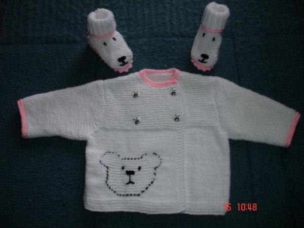 gilet ourson en taille en 3 mois.blanc et rose avec ses chaussons assorties.