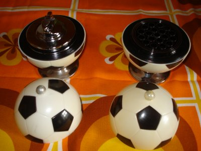 briquet et distributeur de cigarette forme ballon de foot. Black Bedroom Furniture Sets. Home Design Ideas