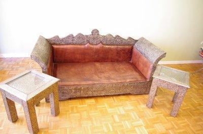 Salon marocain bois recouvert de metal banquette cuir for Salon marocain villeurbanne