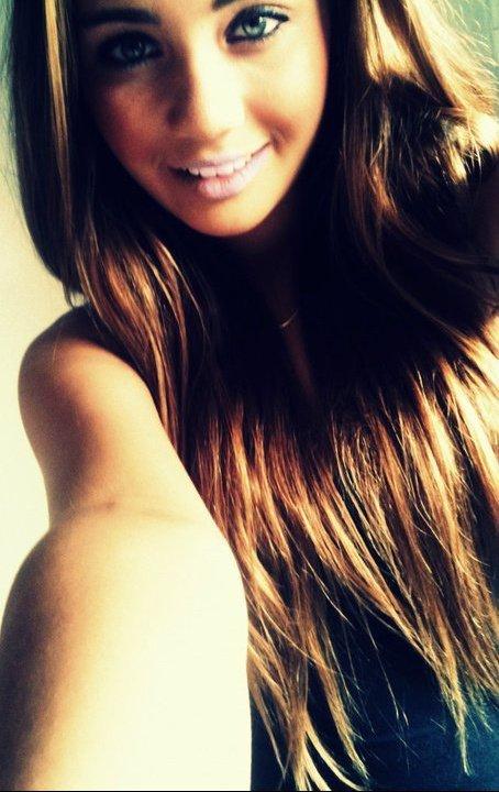 Jeune fille brune avec belle