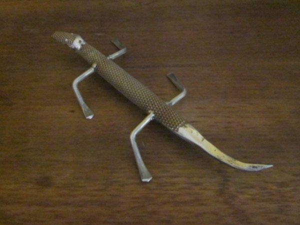 sculpture Salamandre avec vieux outils par Falko