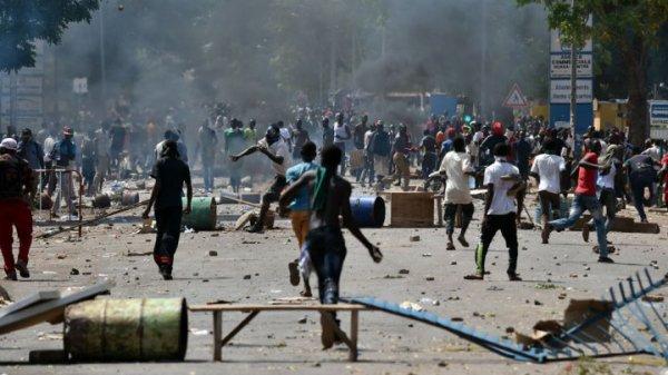 Burkina Faso: des manifestants incendient l'Assembl�e et coupent la t�l�vision nationale