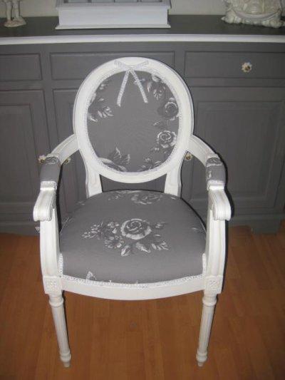 Fauteuil medaillon avec accoudoirs refait en tissu gris fleurs blanches reves d autrefois - Chaise ancienne avec accoudoir ...