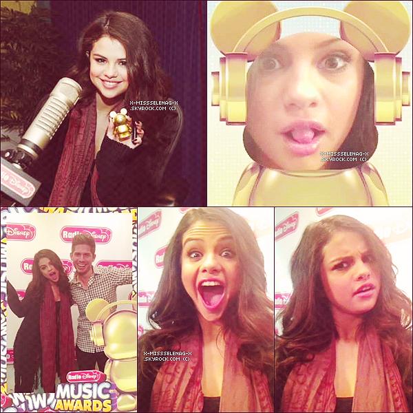 + April 5th  ;   Selena arrivant aux studios des radios : 'On Air With Ryan Seacrest' & 'Radio Disney'. Je vous rappelle que les �missions ont �t� enregistr�es le 5 mais sont sorties le 8. +