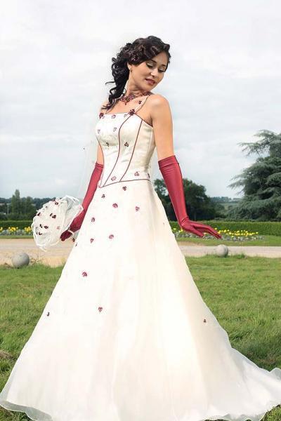 une robe de mariée blanche avec des petites fleurs rouge - Des Robes ...
