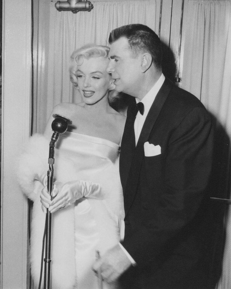 1953 marilyn se rend la premi re de la pi ce de th tre call me madam o joue ethel merman. Black Bedroom Furniture Sets. Home Design Ideas