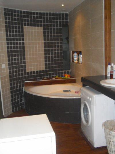 sdb de 16m avec baignoire d 39 angle et douche a l 39 italienne grand plan de travail avec double. Black Bedroom Furniture Sets. Home Design Ideas