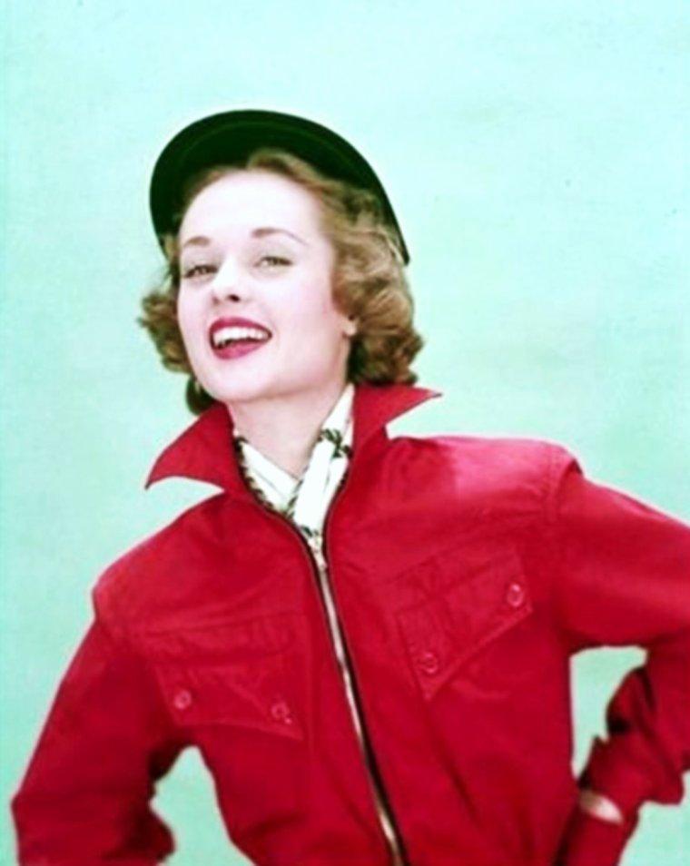 """Young model... Tippi HEDREN / � l'�ge de 14 ans, alors qu'elle s'appr�te � rentrer chez elle apr�s une journ�e d'�cole, une femme l'interpelle et lui demande de devenir mod�le pour son grand magasin """"Donaldson's"""". Ses parents acceptent et Tippi envisage alors s�rieusement de poursuivre son avenir dans le monde de la mode. Pour cela, elle d�m�nage en Californie puis � New York o� Eileen FORD, la fondatrice de l'agence qui porte son nom, l'engage en tant que mannequin pour un salaire de 35 dollars de l'heure. Tippi HEDREN conna�t le succ�s imm�diat et est photographi�e pour les couvertures de plusieurs magasines comme """"Cosmopolitan"""", """"Seventeen"""", """"Life"""" ou encore """"Collier's Weekly""""."""