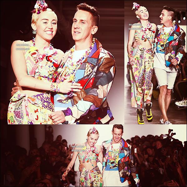 .  09/09/2014   Candids   Miley � peine sortie de son h�tel � New York, harcel�e par ses fans ! .