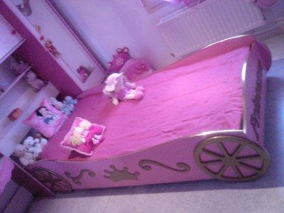 le nouveau lit de ma princesse ma z et ma petite famille. Black Bedroom Furniture Sets. Home Design Ideas