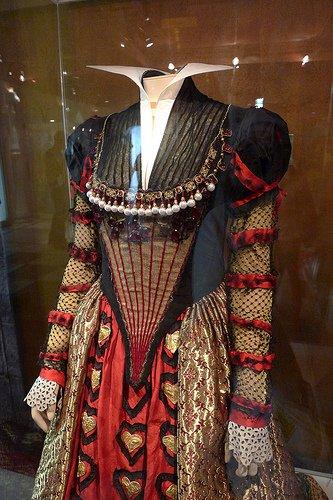 le costume de la reine de coeur le monde de tim burton. Black Bedroom Furniture Sets. Home Design Ideas