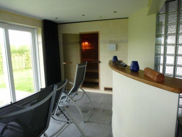 Une partie du garage a �t� transform�e en espace d�tente avec sauna