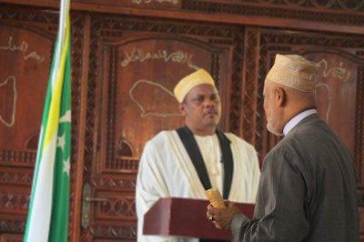Sambi pr�t � faire un ch�que pour payer les fonctionnaires Comoriens