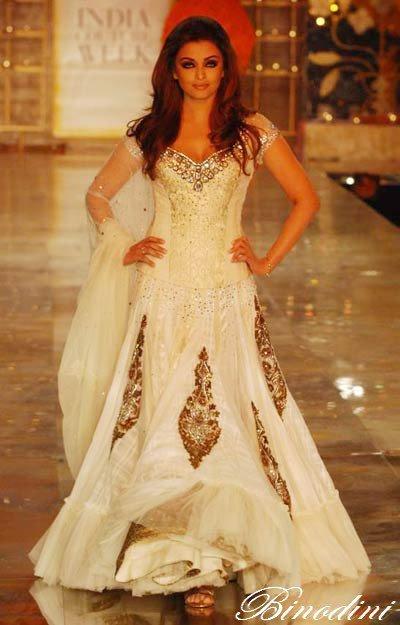 Couture indienne aishwarya rai dans une tres belle robe for Aishwarya rai in her wedding dress