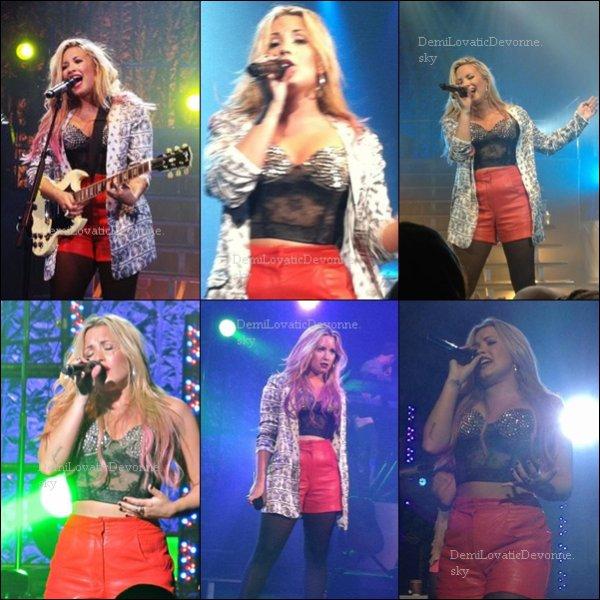 13/07/12 :��Soundcheck & Concert � Phoenix, AZ � Apr�s le soundcheck d'hier soir, Demi a donn� un petit concert priv�. #1