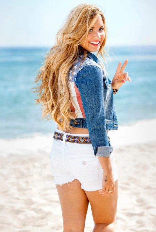 15.07.12 : Soundcheck & Concert � Bakersfield, CA� J'adore les tenues de Demi . Je lui donne un TOP et vous ? TOP/BOF/FLOP ?