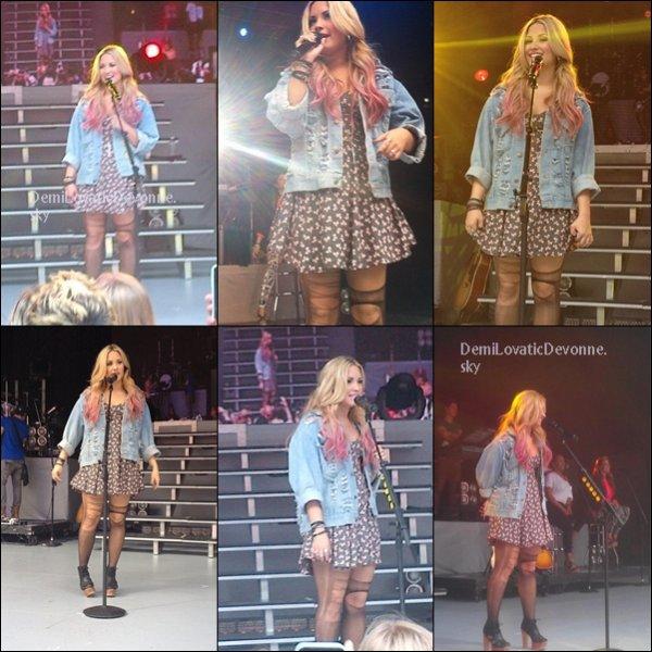 18/07/12 : �Soundcheck + Concert �a Los Angeles  Nick Jonas est mont� sur scene lors de son show pour l'accompagn� a la guitare et chant� un peu , franchement sa fait plaisir � �