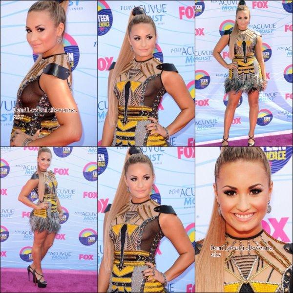 22/07/12 : TEEN CHOICE AWARD 2012 Demi a anim� la c�r�monie avec le charment K�vin�Mchale de Glee . Elle��tais�magnifique�