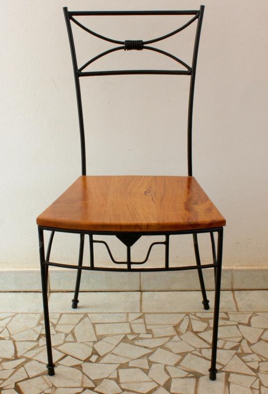 chaise en fer forg avec motifs assise en bois dimb. Black Bedroom Furniture Sets. Home Design Ideas