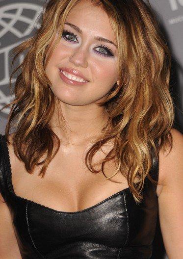 Miley cyrus sa nouvelle coupe de cheveux plus adulte for Coupe de cheveux long au dessus