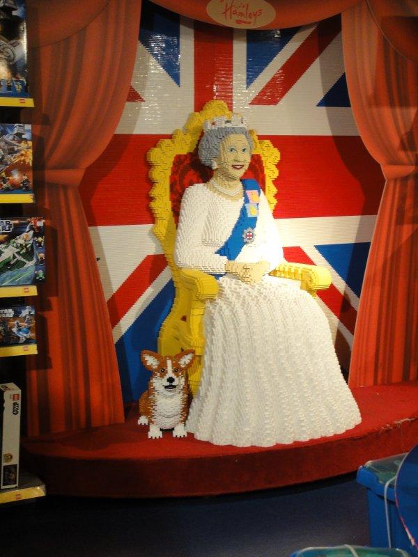 la reine d 39 angleterre en petit lego oui oui oui idem pour le chien la chaise et le drapeau. Black Bedroom Furniture Sets. Home Design Ideas