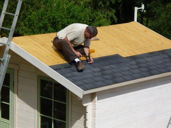 on refait le toit du chalet vite au jardin. Black Bedroom Furniture Sets. Home Design Ideas