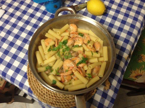 Macaroni fish and beans all'Adriano _ Les  Sfogliatelle  _ Salsa   genovese  _ Zucchini  a  scapece _ Pizza ( in Spagnolo )+ Gazpacho andaluz + mini-muffin al parmigiano e patè di olive taggiasche